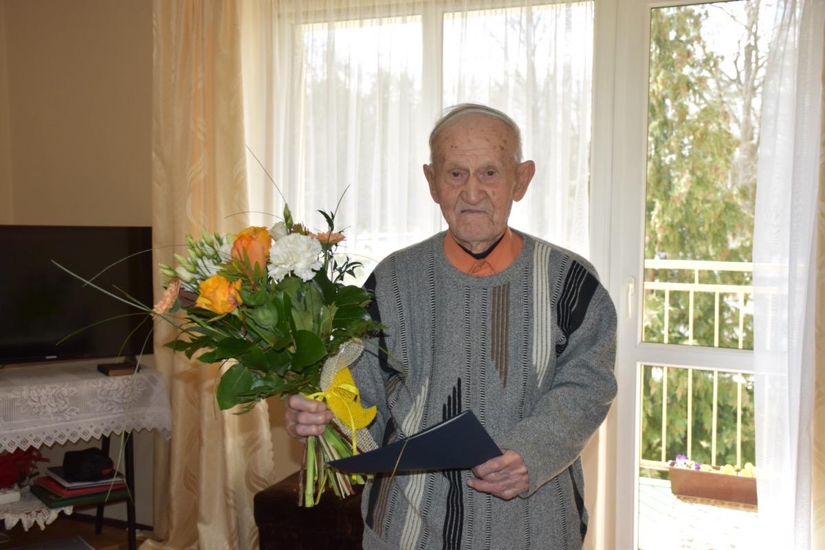 Pan Zygmunt Kwiecień, mieszkaniec Węglińca, obchodzi dziś 102 urodziny