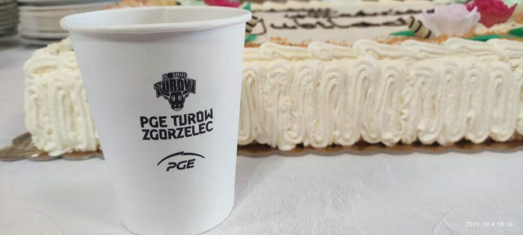 papierowy kubek z tortem